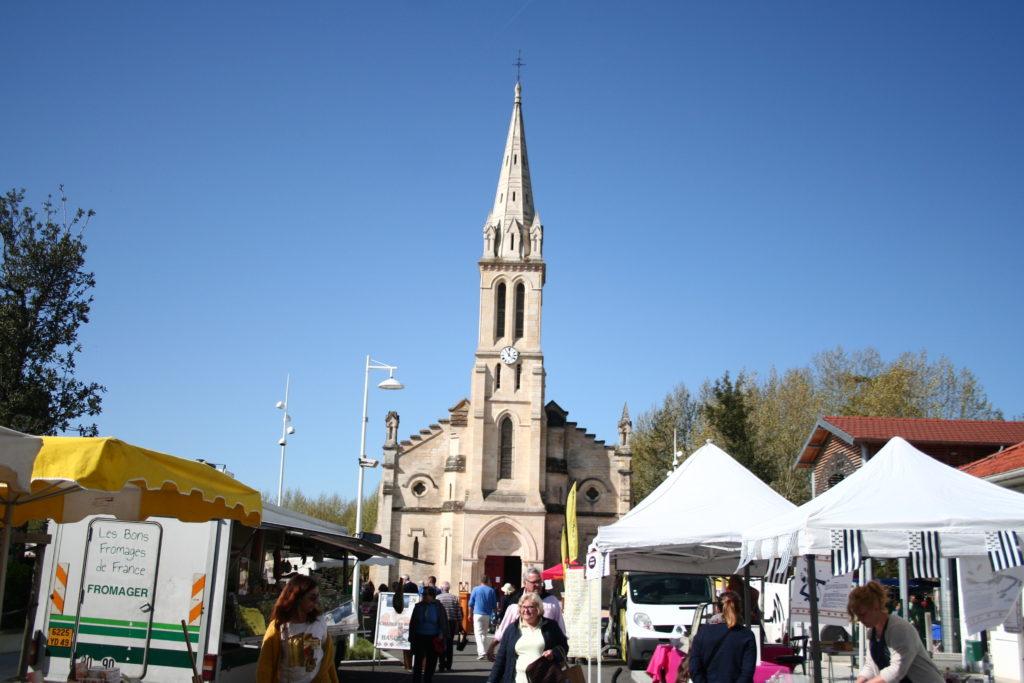 Jour de marché devant l'église d'Audenge
